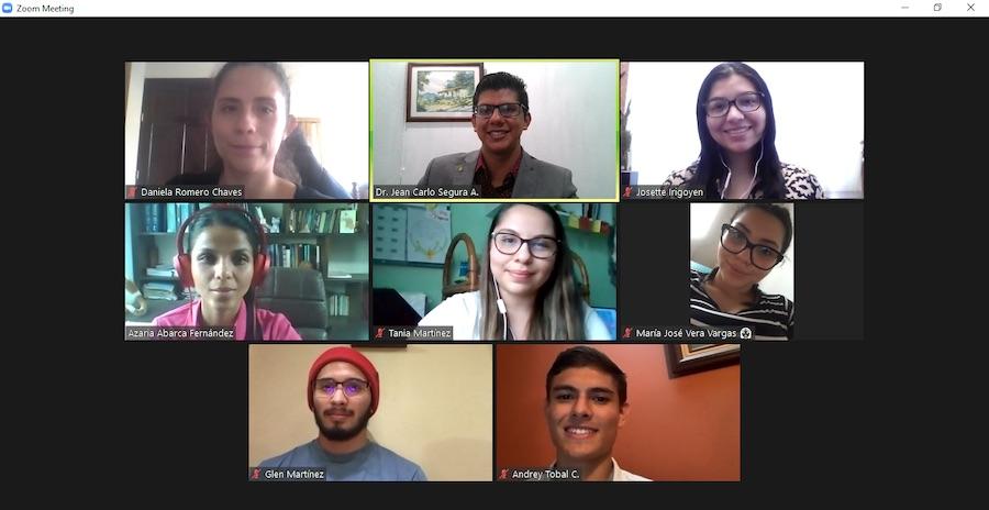 Estudiantes Escuela de Medicina en videoconferencia